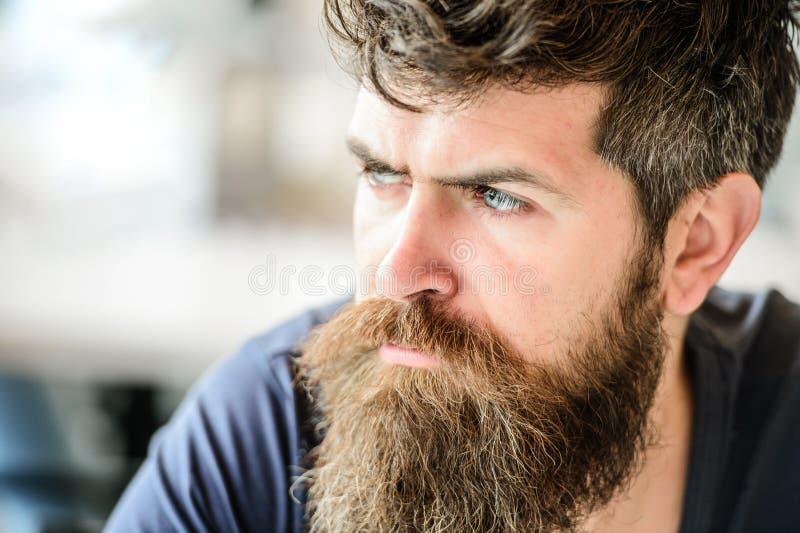 Solitudine barbuta di tatto dell'uomo barbiere maschio brutale di bisogni attesa e tinking uomo premuroso all'aperto Cura di pell immagini stock libere da diritti