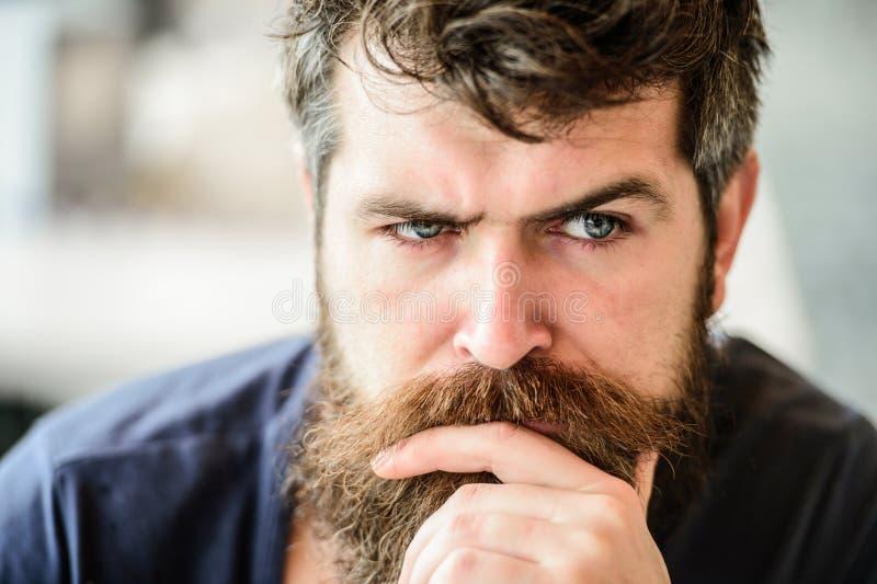 Solitudine barbuta di tatto dell'uomo uomo premuroso all'aperto Cura di pelle facciale barbiere maschio brutale di bisogni attesa immagini stock