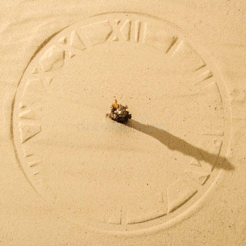 Solklocka på sand royaltyfri fotografi