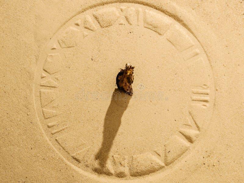 Solklocka på sand royaltyfria foton
