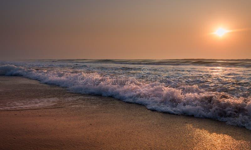 Sollöneförhöjning i havet arkivfoton