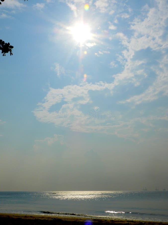 Sollöneförhöjning på den Batu Layar stranden royaltyfri bild