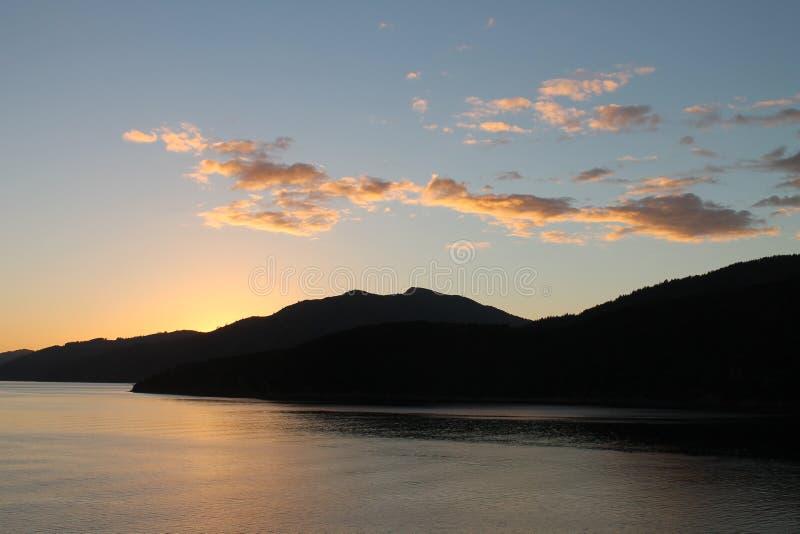 Sollöneförhöjning på drottningen Charlotte Sound royaltyfri bild