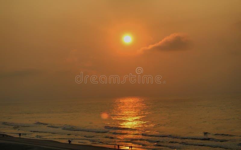 Sollöneförhöjning på stranden royaltyfria bilder