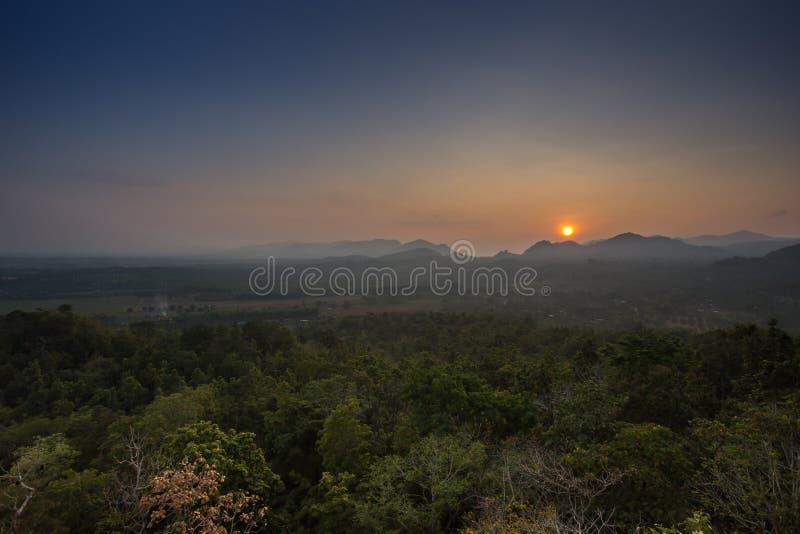 Sollöneförhöjning upptill av berget arkivbilder