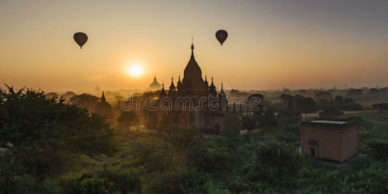 Sollöneförhöjningar i Bagan, Myanmar royaltyfri fotografi