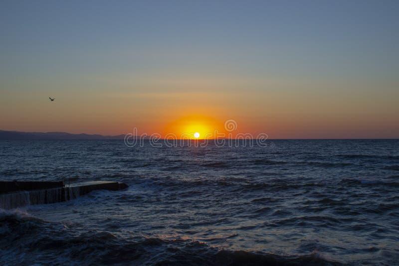 Sollöneförhöjningarna på havet royaltyfri bild