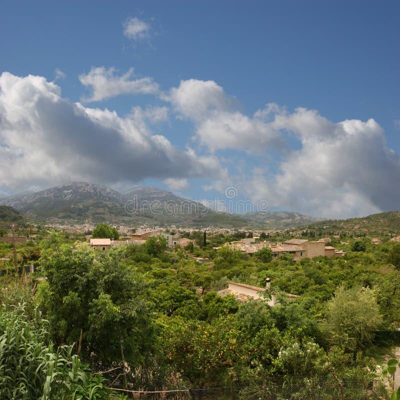 Soller (Mallorca) mit seinen orange Gärten lizenzfreie stockbilder