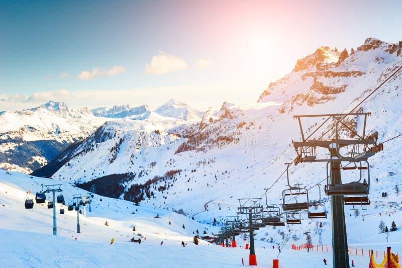 Sollevamento sciistico in stazione sciistica nelle Alpi Dolomite invernali fotografia stock