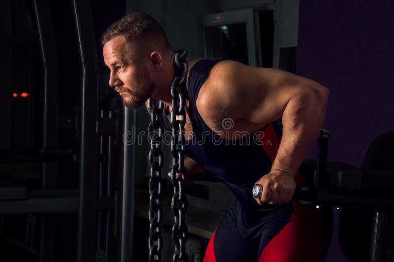 Sollevatore pesi con una catena enorme del metallo intorno al suo collo fotografia stock libera da diritti