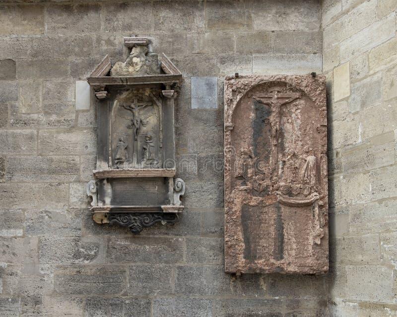 Sollievi antichi di crocifissione sulla parete esterna della cattedrale di Santo Stefano, Vienna, Austria immagine stock libera da diritti