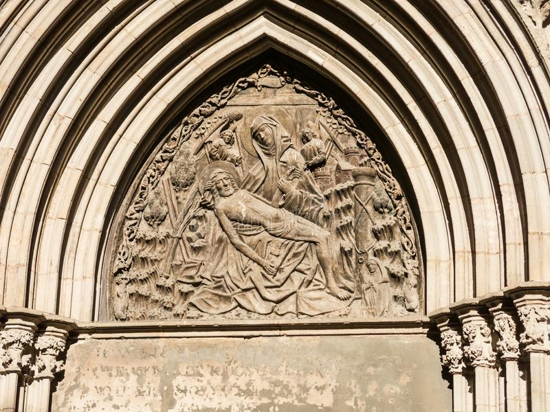 Sollievo della porta di devozione Cattedrale dell'incrocio e del san santi Eulalia In Barcelona, Catalogna spain fotografia stock libera da diritti