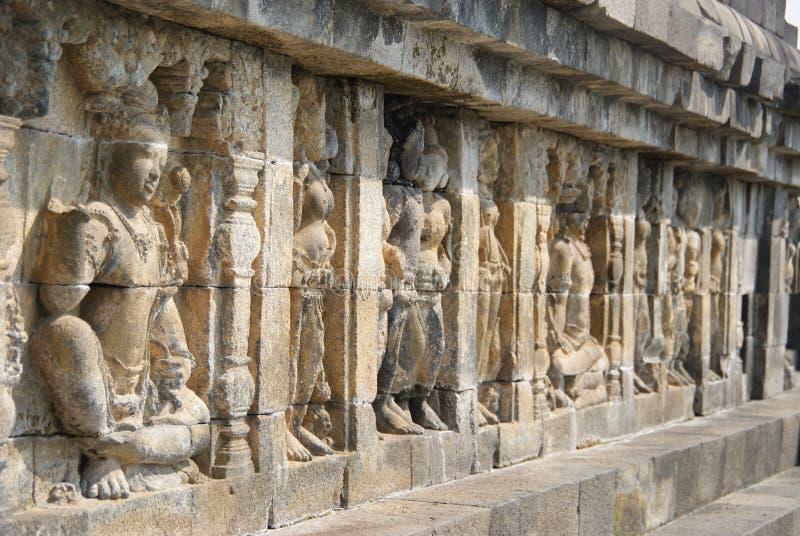 Sollievo o sculture sulla parete del tempio di Borobudur a Jogjakarta, Indonesia fotografie stock libere da diritti