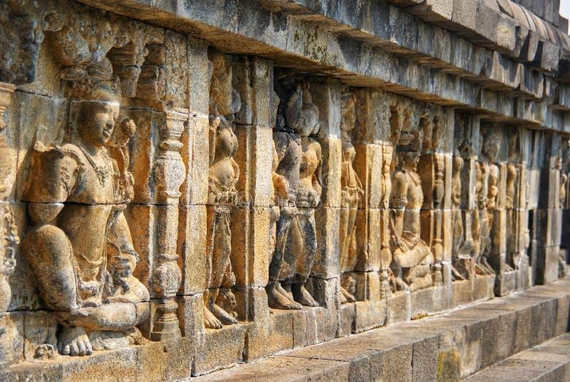 Sollievo o sculture sulla parete del tempio di Borobudur a Jogjakarta, Indonesia immagini stock libere da diritti