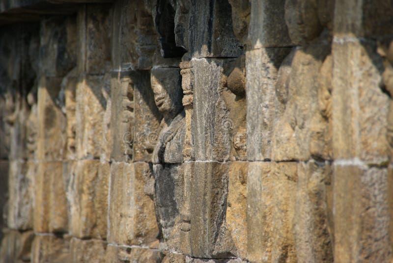 Sollievo o sculture sulla parete del tempio di Borobudur a Jogjakarta, Indonesia immagini stock