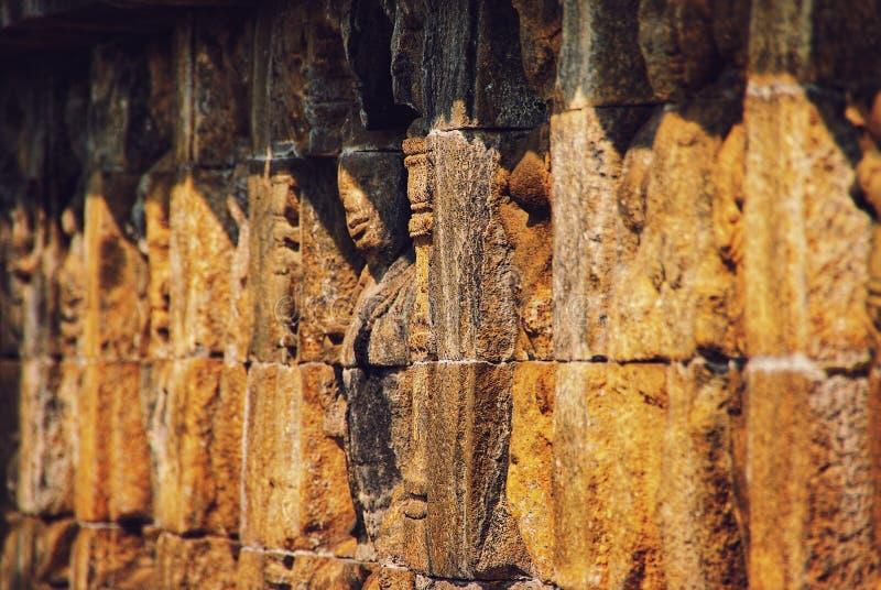 Sollievo o sculture sulla parete del tempio di Borobudur a Jogjakarta, Indonesia fotografia stock