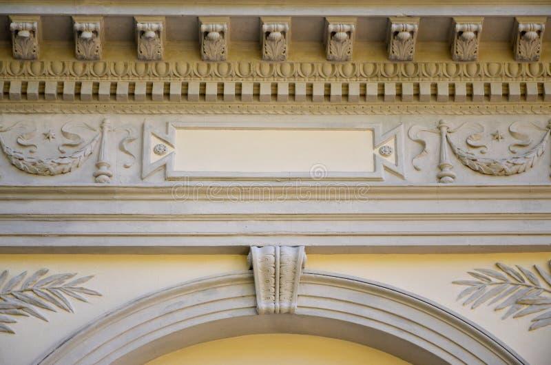 Sollievo scultoreo sopra il tetto di una cripta antica in Lvi immagine stock libera da diritti