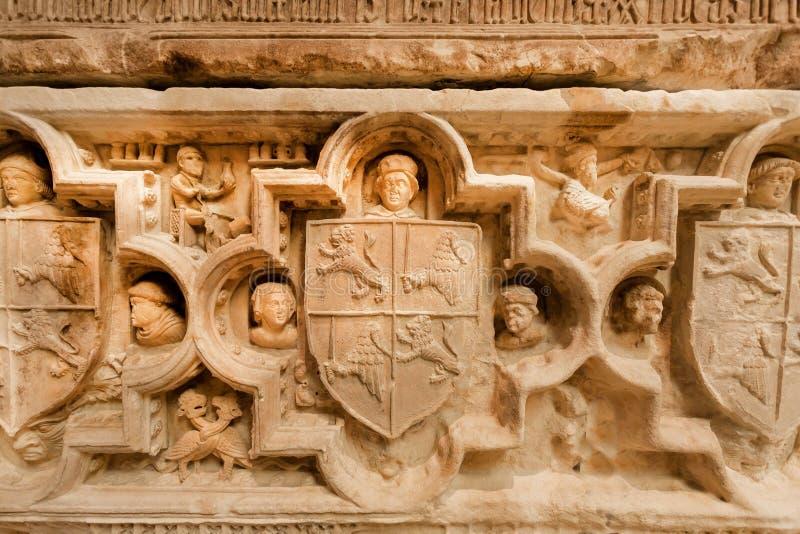 Sollievo sulla tomba di Fernando I con le scene di vita ed i simboli del paese Molti materiali illustrativi dentro il museo arche fotografie stock libere da diritti