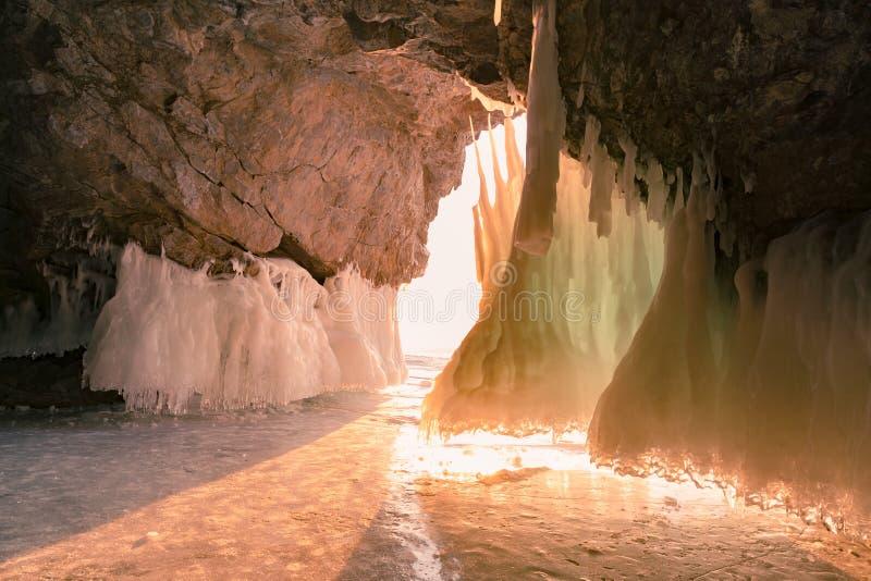 Solljus över isgrottor, Baikal Ryssland vintersäsong royaltyfri fotografi