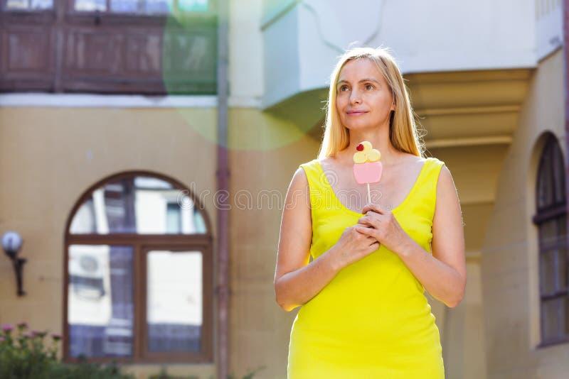 Solljus femtio för hår för verklig för ståendekvinna lycklig blond mellersta för ålder sommar för natur långt plus gul karamellst arkivbilder