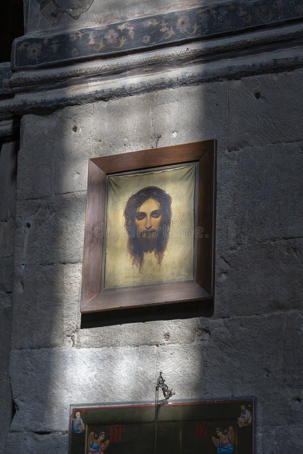 Solljus från fönstret på den gamla symbolen som visar Jesus Christ i den ortodoxa domkyrkan i Mtskheta nära Tbilisi, Georgia arkivbilder