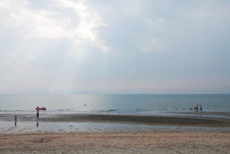 Solljus och havet fotografering för bildbyråer