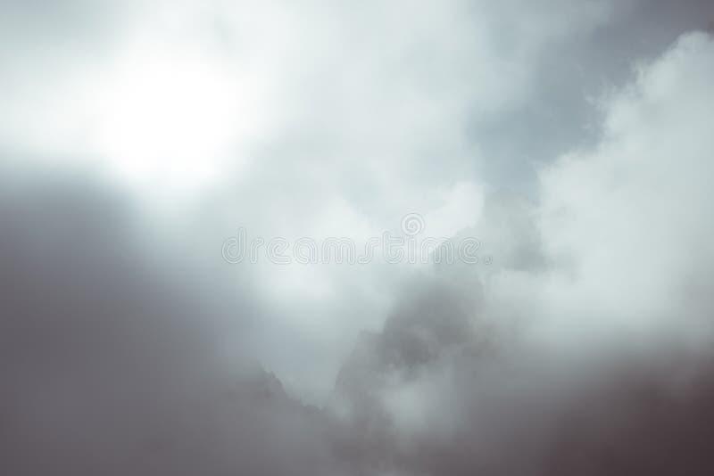 Solljus på den alpina dalen med glödande bergmaxima och sceniska moln Italienska franska fjällängar, sommarloppdestination, tonad fotografering för bildbyråer