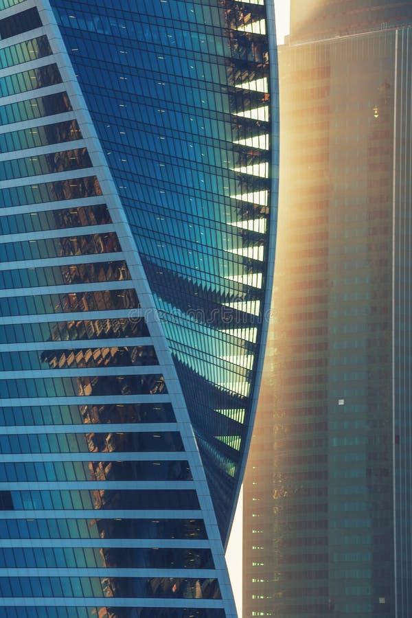 Solljus på skyskrapa Glass torn som är tekniskt avancerat arkivfoto