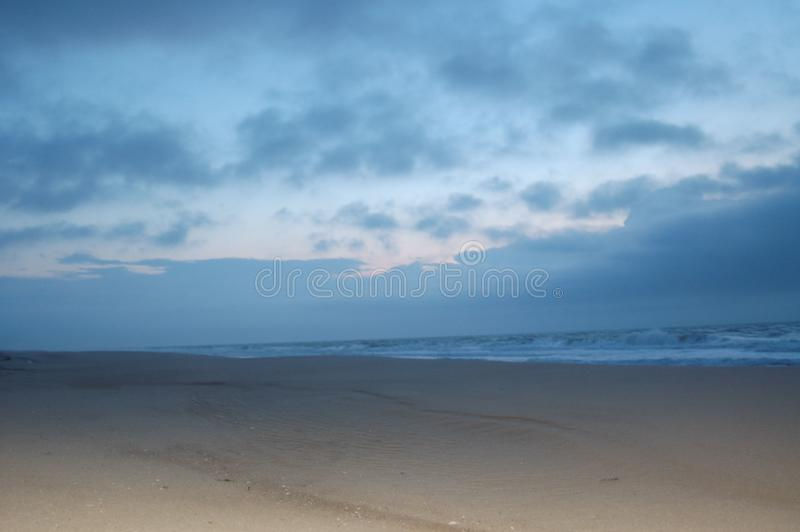 Solljus p? stranden arkivbilder