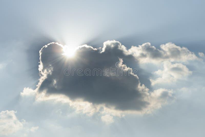 Solljus skiner moln, eautiful bakgrund - solnedgånghimmel royaltyfria bilder