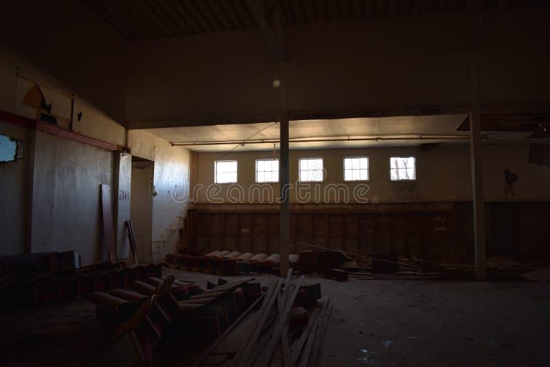 Solljus som kommer in i fönstren av en idrottshall för gammal skola arkivbild