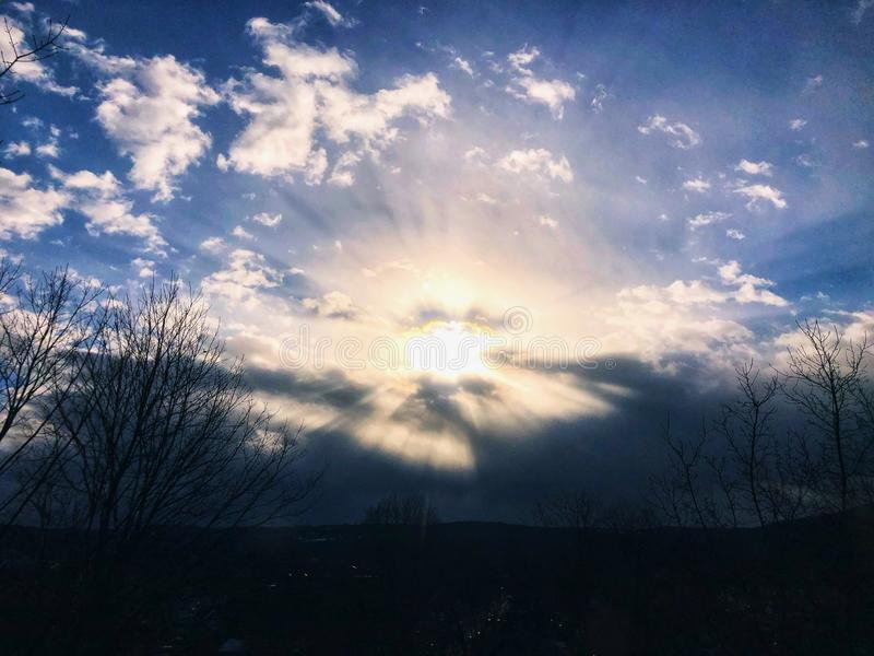 Solljus som kommer till och med moln fotografering för bildbyråer