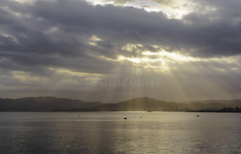 Solljus som läcker till och med molnen royaltyfri fotografi