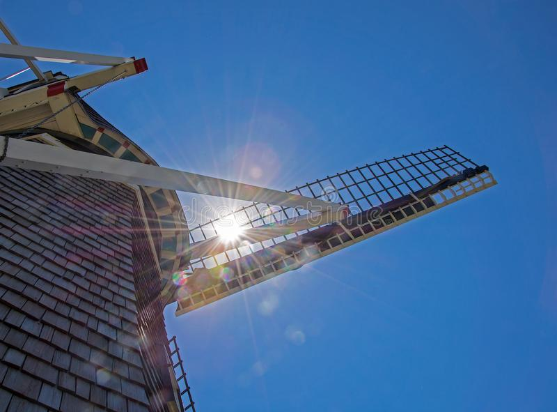 Solljus som skiner i holländsk väderkvarn, seglar arkivbilder