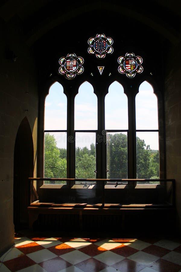 Solljus som skiner till och med slottfönster arkivbild