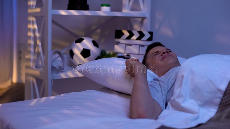 Solljus som vaknar den sömniga tonåringen tidigt i morgonen, student som vilar, avkoppling royaltyfri foto