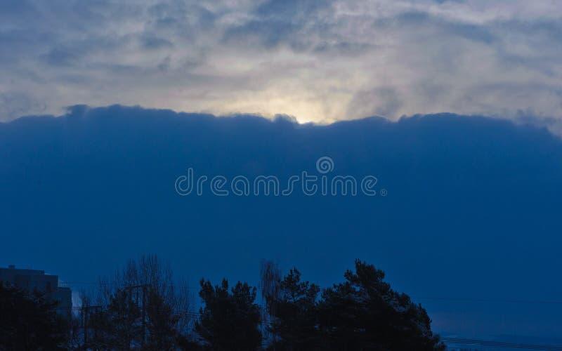 Solljus till och med ett stort moln royaltyfri bild