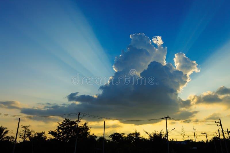 Solljus till och med molnet på klar blå himmel fotografering för bildbyråer