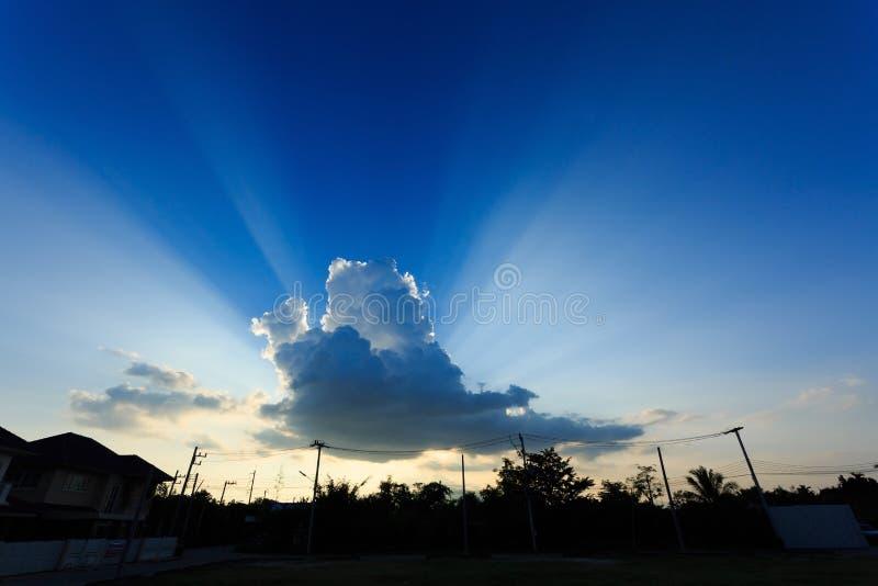 Solljus till och med molnet på klar blå himmel royaltyfria foton
