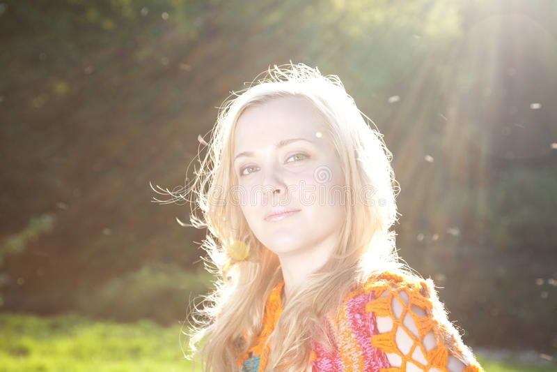 solljus under kvinna arkivfoton