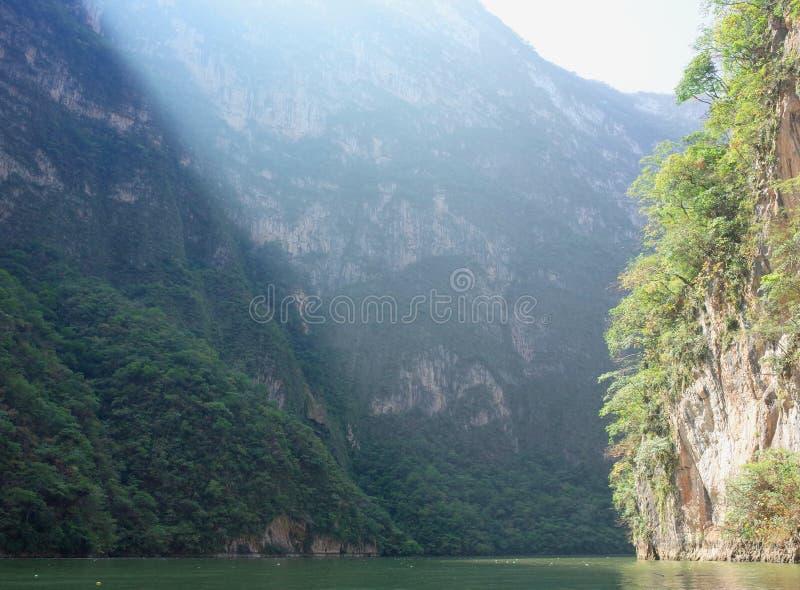 Solljusbristningar till och med den Sumidero kanjonen i den Chiapas staten royaltyfria bilder