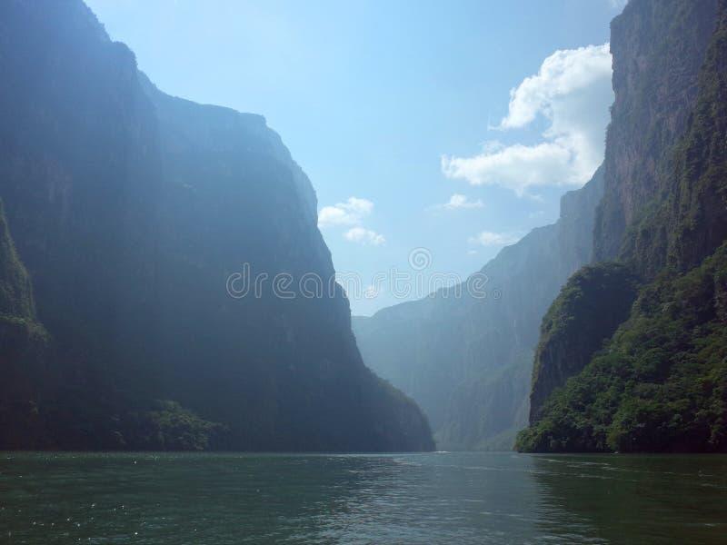 Solljusbristningar till och med den Sumidero kanjonen i den Chiapas staten arkivfoton