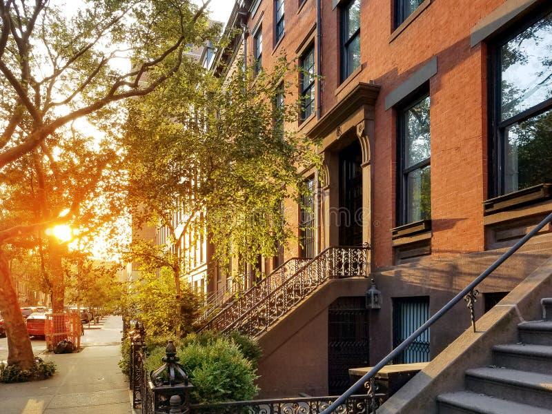 Solljussken på kullerstarna av Harrison Street i den Tribeca grannskapen av Manhattan i New York City arkivbilder