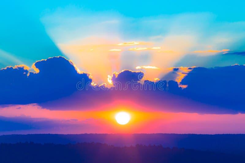 Solljussolstrålar eller solstrålar över moln och blå himmel som himmel för bakgrund arkivbild