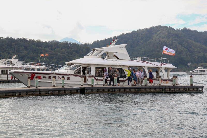Solmånesjö, Taiwan-Oktober 13,2018: Färjahastighetsfartyget på solmåne hamnen för sjö Turisten är van vid färjapassagera royaltyfri fotografi