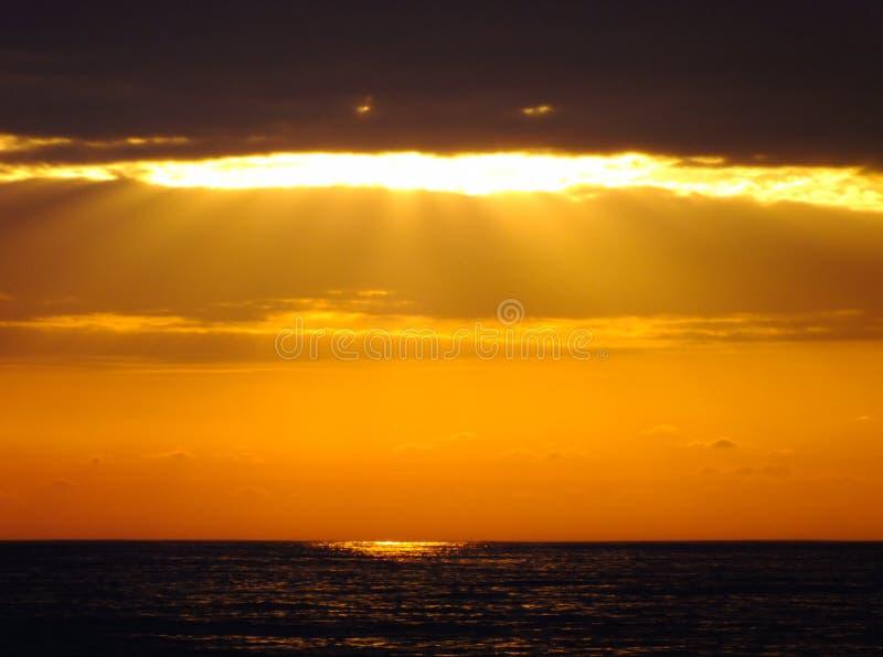 Solmoln och hav arkivbilder
