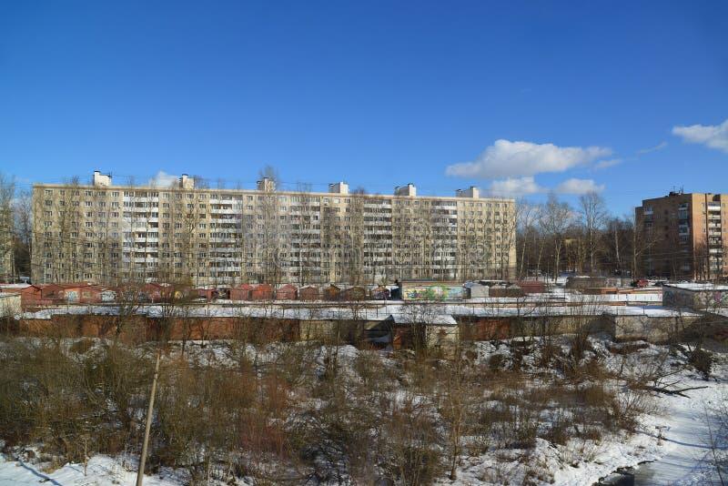 Solnechnogorsk, Russland - 27. Februar 2016 hohe Gebäude und Metallgaragen auf Stadtränden der Stadt stockfotos