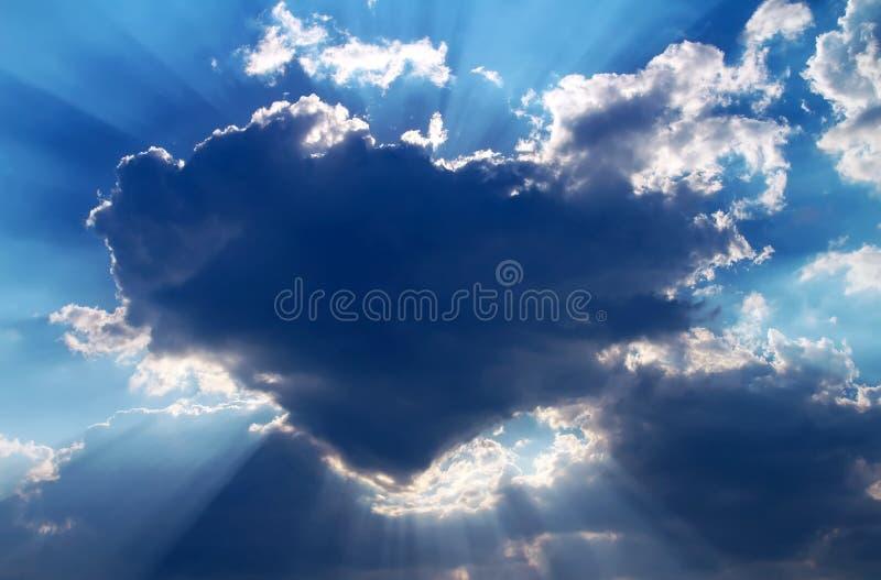 Solnederlag bak ett moln i form av hjärta arkivfoton