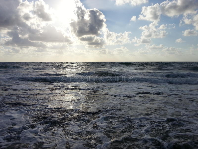 Solnederlag ovanför havet royaltyfri foto