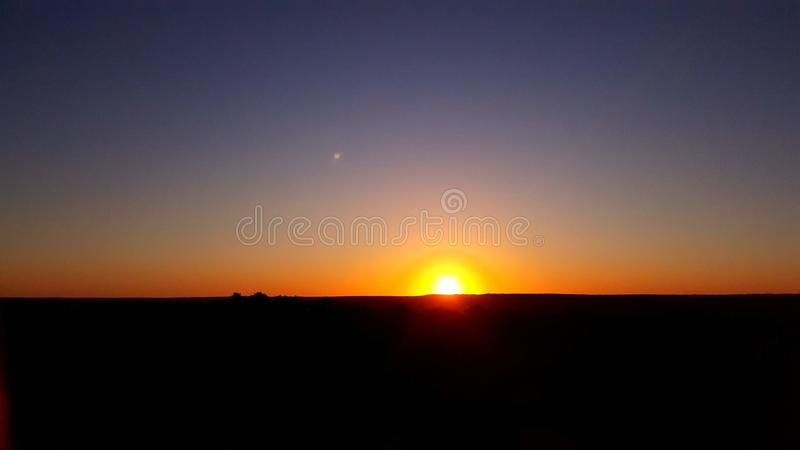 Solnedgångögonblick hemifrån fotografering för bildbyråer